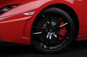 Bremssatteln aus Aluminium mit acht Kolben an der Vorderrädern des Gallardo LP 570-4 Super Trofeo Stradele