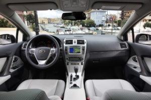 Innenraum des neuen Toyota Avensis-Premiere des Toyota Touch und Go Plus Navigationssystems