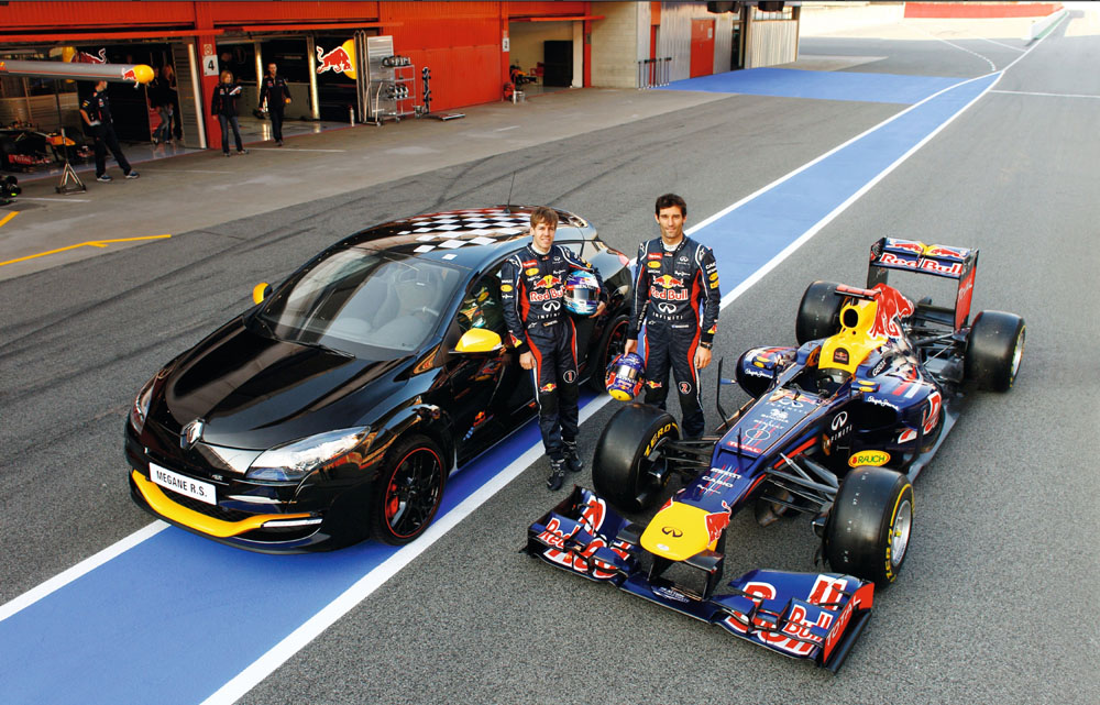 Renault Megane R.S. Red Bull Racing mit Sebastian Vettel und Mark Webber neben Formel 1 Boliden