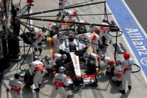 Jenson Button muß seinen McLaren mit technischen Defekt in Runde 33 abstellen