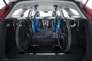 Fahrer und Beifahrer mit zwei im Laderaum untergebrachten Fahrrädern ohne Einschränkungen bequem sitzen