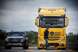Mercedes Actros mit Active Brake Assist 4 und Abbiege-Assistent