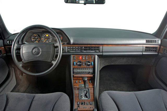 """Mercedes-Benz S-Klasse Limousine der Baureihe 126. Die in Lenkrad und Armaturenbrettverkleidung eingeprägte Kennzeichnung SRS AIRBAG verweist darauf, dass dieses Fahrzeug mit Gurtstraffern und Airbags für Fahrer und Beifahrer ausgestattet ist. """"SRS"""" steht für """"Supplementary Restraint System"""" – zusätzliches Rückhaltesystem Foto: © Daimler AG"""