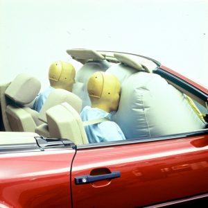 Fahrer- und Beifahrer-Airbag im Mercedes-Benz SL der Baureihe R 129. Bei den Roadstern gehört der Beifahrer-Airbag seit 1992 zur Serienausstattung Foto: © Daimler AG