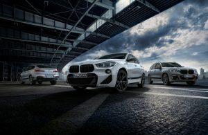 """BMW X2 BMW mit M Performance Parts, Frontziergitter schwarz hochglänzend, Folierung Frozen Black , Aussenspiegelkappe Carbon, 20"""" Leichtmetallrad Doppelspeiche 717M schwarz matt - Der neue BMW X4 mit BMW M Performance Parts, Frontziergitter schwarz hochglänzend, Folierung Frozen Black, Aussenspiegelkappe Carbon, 21"""" Leichtmetallrad Y-Speiche 701M bicolor - Der neue BMW X3 mit BMW M Performance Parts, Frontziergitter schwarz hochglänzend, Folierung Frozen Black, Aussenspiegelkappe Carbon, 19"""" Leichtmetallrad Doppelspeiche 698M Orbitgrau Foto: © BMW AG"""