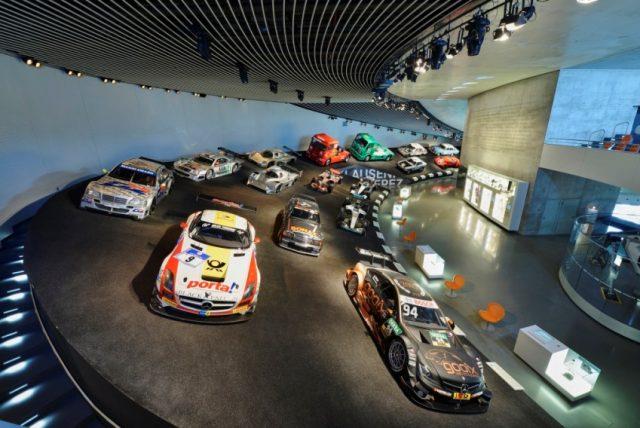 n der Rennkurve Mythos 7 des Mercedes-Benz Museums sind drei Meisterfahrzeuge der DTM ausgestellt © Daimler AG
