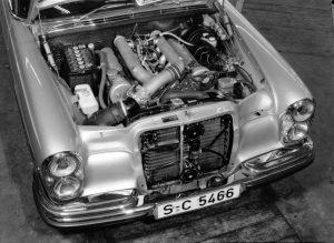 Mercedes-Benz 300 SEL 6.3 (W 109), gebaut von 1968 bis 1972. Foto des Motorraums mit dem aus dem Mercedes-Benz 600 stammenden V8-Motor © Daimler AG