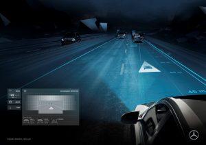 DIGITAL LIGHT ermöglicht bahnbrechende Fahrassistenz. Symbole können in HD-Qualität auf die Straße projiziert werden. Wenn die Abstandsregelung erkennt, dass der Abstand zum vorausfahrenden Fahrzeug unter die Sicherheitsschwelle fällt, wird ein Auffahrwarnsymbol projiziert. Aktiv oberhalb von 30 km/h Foto: © Daimler AG