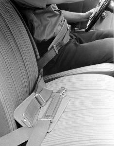 """Mercedes-Benz bietet ab 1958 Beckengurte für sämtliche Personenwagentypen mit vorderen Einzelsitzen an. Das Foto zeigt die Gurte in einer """"Ponton""""-Limousine mit Sechszylindermotor (W 180) Foto: © Daimler AG"""