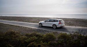Volvo V60 T6 AWD Momentum, Außenfarbe Birch Light Metallic, 20''-Leichtmetallfelgen im 10-Speichen Design Turbine Black Diamond Cut. Heck, Seitenansicht Foto: © Volvo