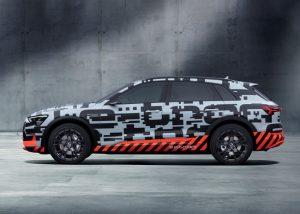 Audi e-tron Prototyp Über die gesamte Flanke erstreckt sich der verfremdete e-tron-Schriftzug, der wirkt, als sei er unter Strom gesetzt. Foto: © Audi AG
