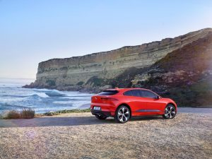 Jaguar I-Pace kombiniert nachhaltige Sportwagen-Performance mit der Praxistauglichkeit eines fünfsitzigen SUV und der nächsten Generation von mit künstlicher Intelligenz Foto: © Jaguar