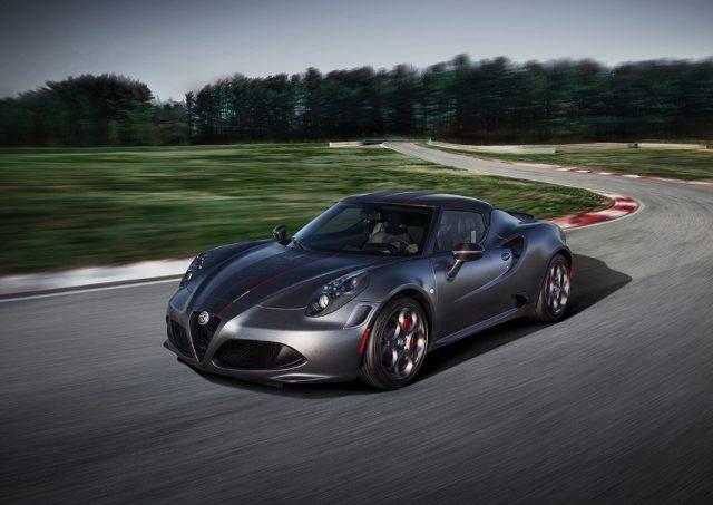 Weltweit nur jeweils 108 Stück verfügbar. Zehn Coupés und zehn Spider kommen nach Deutschland. Alfa Romeo 4C Competizione bringt Rennsport-Atmosphäre pur. &opy; Alfa Romeo