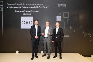 "Preisverleihung ""Automotive Innovation Award 2018"": Peter Mertens, Entwicklungsvorstand der AUDI AG (Mitte) mit Felix Kuhnert, Global Automotive Leader (links) und Prof. Dr. Stefan Bratzel, Director Center of Automotive Management (rechts) © Audi AG"