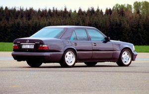 Mercedes-Benz E 60 AMG (W 124). Topmodell der Mercedes-Benz E-Klasse der Baureihe 124 und einer der frühen Typen, die in direkter Zusammenarbeit von Mercedes-Benz mit AMG entstehen. Von 1993 bis 1994 werden weniger als 150 Exemplare der Hochleistungslimousine gebaut © Daimler AG