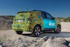Neuer VW T-Cross Heckansicht Erlkönig T Cross mit ungewöhnlicher Tarnung © Volkswagen