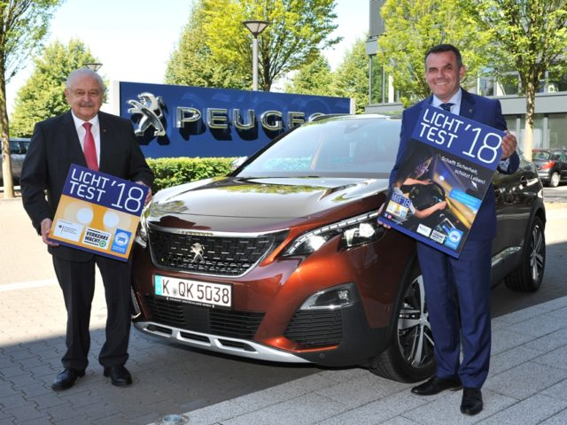 Peugeot Partner beim Licht Test 2018 ZDK-Präsident Jürgen Karpinski und Steffen Raschig, Geschäftsführer Peugeot Deutschland &copy: Peugeot
