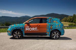 Neuer VW T-Cross Seitenansicht Erlkönig T Cross mit ungewöhnlicher Tarnung © Volkswagen