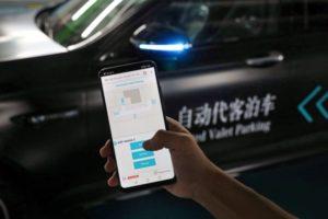 Automated Valet Parking erlaubt es dem Fahrer, sein Fahrzeug per Smartphone so zu manövrieren, dass es selbständig den Weg zu einem Parkplatz und zurück findet © Daimler AG