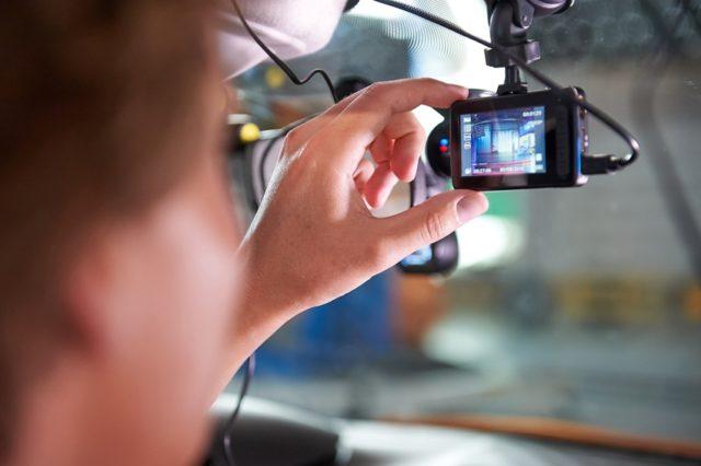 """Dashcam ADAC Test Der ADAC und die Zeitschrift c't haben neun Dashcams auf Bedienung, Bildqualität und Crashverhalten getestet. Ergebnis: Sieben bekamen ein """"befriedigend"""", zwei nur ein """"ausreichend"""". © ADAC"""