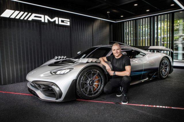 Formel 1 Fahrer Valtteri Bottas informiert sich über den aktuellen Entwicklungsstand des Mercedes-AMG ONE © Daimler AG