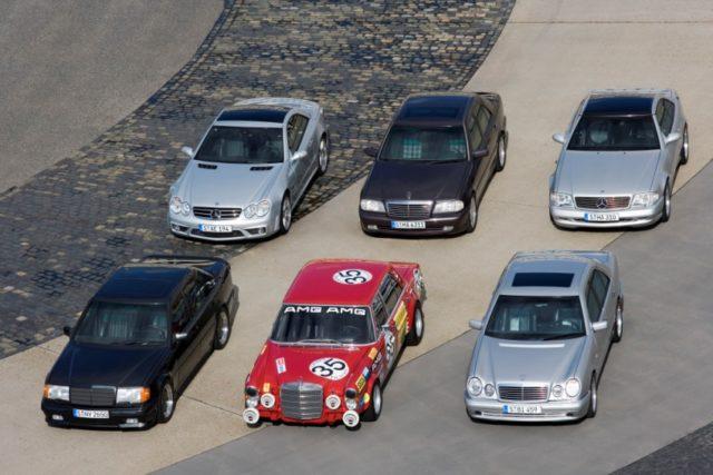 Familienbande: Hochleistungsautomobile aus der Geschichte von AMG. Hinten in der Mitte der C 36 AMG der Baureihe 202, links daneben der SL 55 AMG (R 230), rechts daneben der SL 73 AMG (R 129). Vordere Reihe, von links: 300 E 6.0 AMG (W 124), 300 SEL 6.8 AMG (W 109) und E 50 AMG (W 210). Foto aus dem Jahr 2007 © Daimler AG