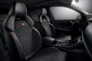 Der neue SKODA KODIAQ RS: Die Sportsitze des neuen High-Performance-SUV tragen perforiertes Alcantara und Carbon-Leder mit roten Kontrastnähten. © Skoda