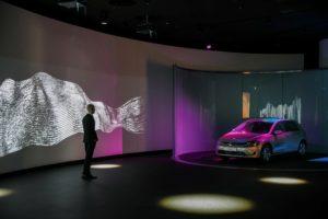 Die Fahrzeug-Auslieferung im Kundenturm e-Tower der Gläsernen Manufaktur Dresden wird zum digitalen Event. © Volkswagen AG