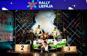 Das SKODA AUTO Deutschland Duo Fabian Kreim/Frank Christian feiert mit dem ganzen Team den dritten Gesamtrang in der U28-Wertung der Rallye-Europameisterschaft (ERC). © Skoda Motorsport