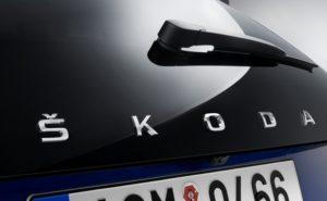 Skoda SCALA: neuer Name für neues Kompaktmodell. Neben der hochmodernen technischen Ausstattung, die sonst nur in höheren Fahrzeugklassen zu finden ist, zeichnet sich der SKODA SCALA auch durch die weiterentwickelte Formensprache von SKODA aus, zu erkennen an der Aufschrift SKODA auf der Hecktür, die mit dem SKODA SCALA nun erstmalig auch auf europäischen SKODA Serienmodellen zu finden ist © Skoda