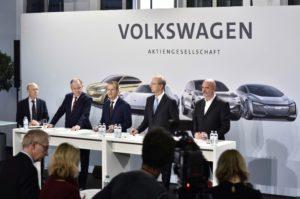Volkswagen investiert in die Zukunft Von links: Stephan Weil, Ministerpräsident des Landes Niedersachsen, Dr. Herbert Diess, Vorstandsvorsitzender der Volkswagen AG, Hans Dieter Pötsch, Vorsitzender des Aufsichtsrats der Volkswagen AG, Bernd Osterloh, Vorsitzender des Gesamt- und Konzernbetriebsrats © Volkswagen AG